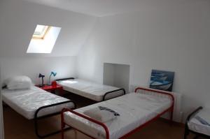 Grande chambre avec trois lits de 90 et son canapé deux places dépliable